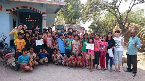 プレイロバ村の子どもクラブの子どもたちと記念写真