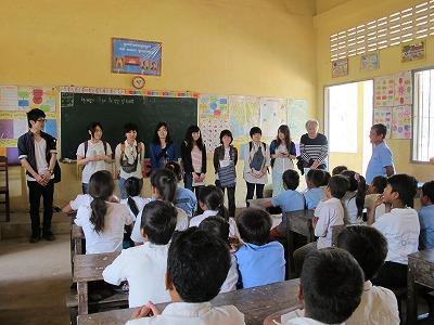 プレイロバ小学校での自己紹介の様子