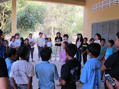 コミュニティセンターで子どもたちとゲームをして交流