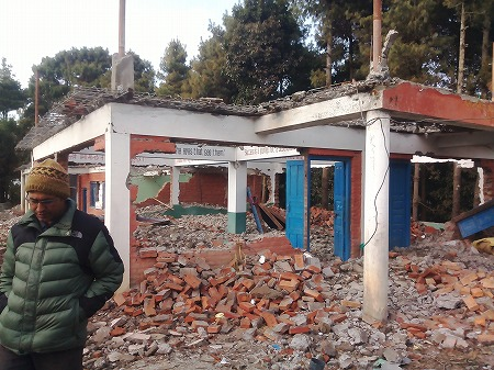 倒壊したナガルコットの学校